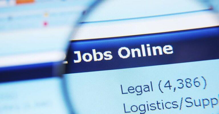 Chômage des jeunes, les dispositifs du gouvernement passés au scanner